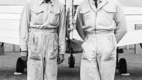 Tøy og støy. Gamle klær og bråkete veteranfly er en del av totalopplevelsen på klodens mest stilfulle motorsportarrangement. Thomas Schott og Miro Geiger har kommet fra Sveits.