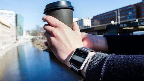 Fitbit Blaze har en god pulsmåler og gir lesetilgang til sms-er fra telefonen. Foto: Magnus Eidem