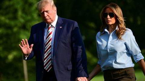 President Donald Trump sier at det må bli slutt på masseskytinger. PÅ bildet returnerer han til Det hvite hus søndag sammen med kone og førstedame Melania Trump.