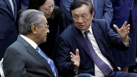 Malaysias statsminister Mahathir Mohamad (til venstre) er ikke redd for å bruke produkter fra kinesiske Huawei til utbyggingen av 5G. Her sammen med Huaweis toppsjef Ren Zhengfei.