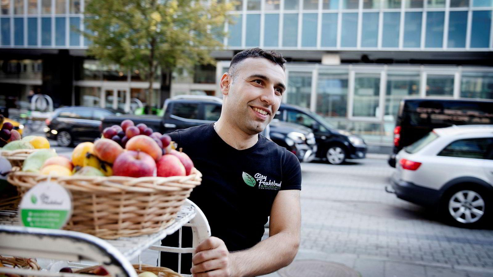 Ramazan Korkmaz (28) var på jobb mandag morgen, hvor han leverte frukt til bedrifter på Vasagatan. Foto: Jan Johannessen