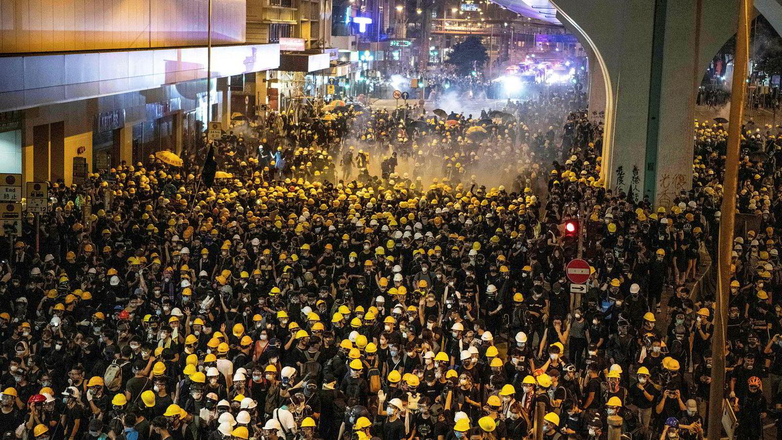Deler av Hongkong så ut som en slagmark tidlig mandag morgen etter kraftige sammenstøt med politi. Kina har reagert kraftig på at representasjonsbygningen i Hongkong ble bombardert med egg og veggene påført graffiti.