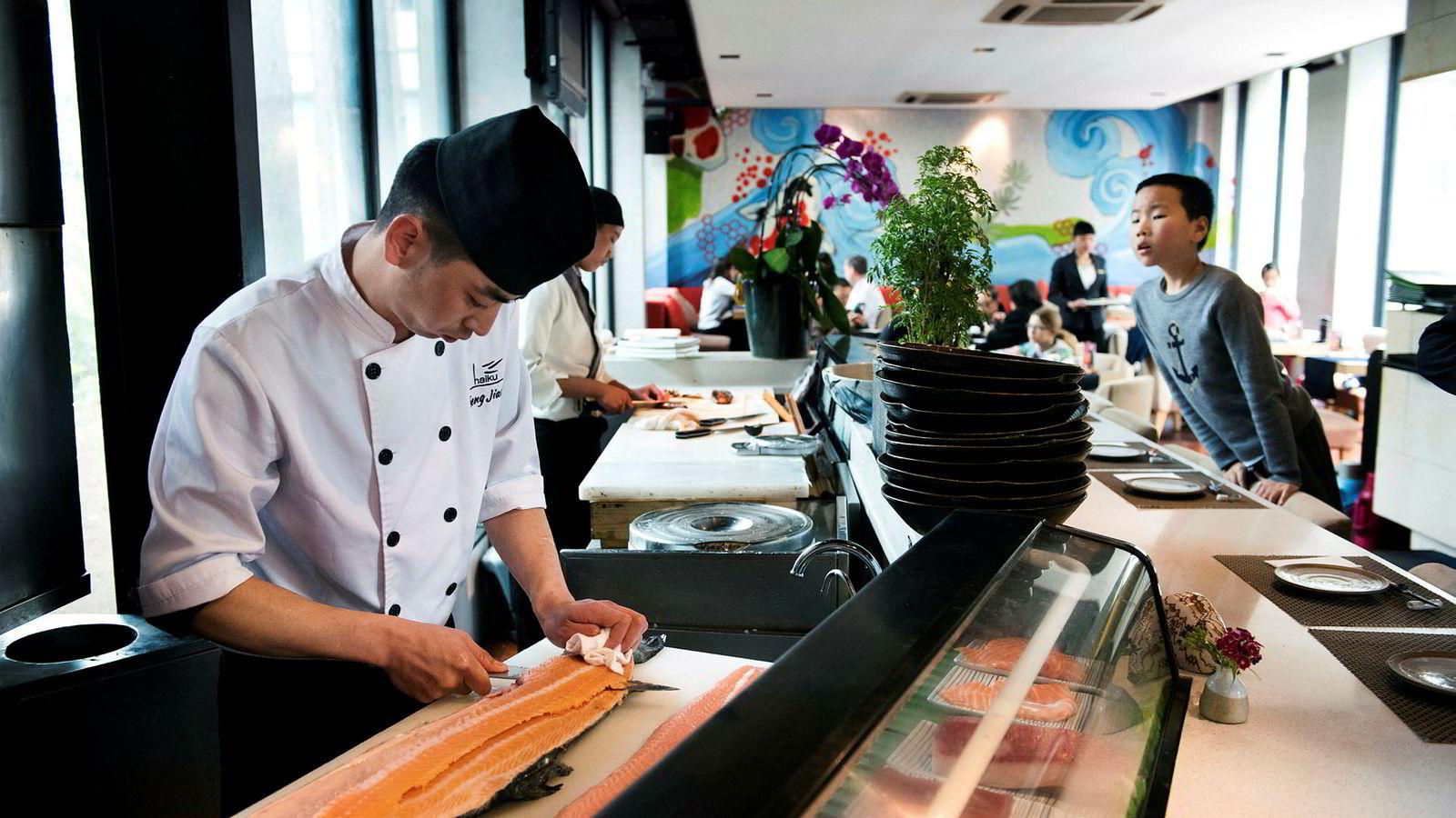 Den voksende middelklassen i Kina etterspør mer laks. På den japanske restauranten Haiku i området Det franske kvarter i Shanghai må kokken Feng Jiang nøye seg med en skotsk laks, men kan snart vente seg leveranser fra Norge.