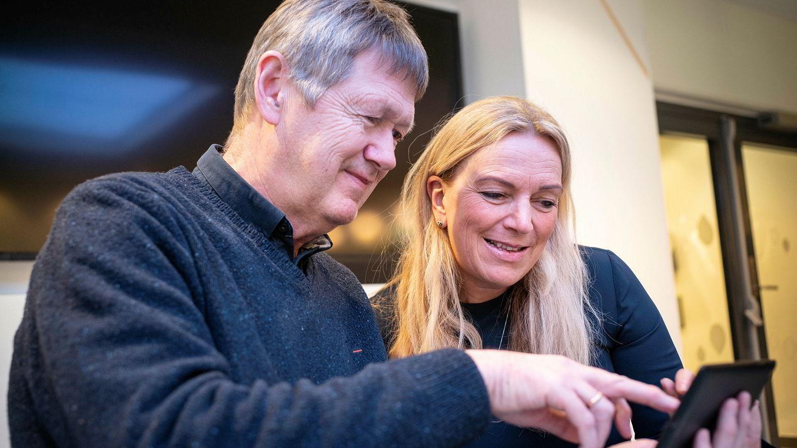 Tv-distributørene kjemper for å holde på tv-seerne og lanserer blant annet muligheten til å søke etter innhold på tvers av alle leverandører. Her kikker styreleder Toril Nag i Altibox på hvordan tv-tjenesten ser ut på nettbrett sammen med Svein Aronsen, produktsjef for tv og applikasjoner.
