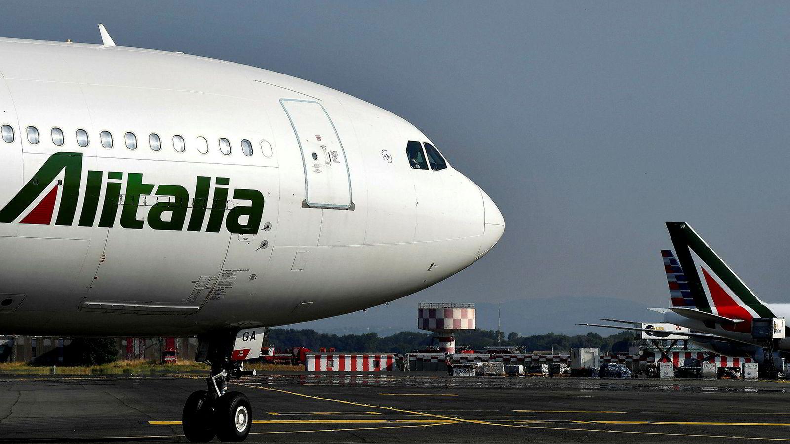 Fire selskaper ønsker å kjøpe en stor aksjepost i det kriserammede flyselskapet Alitalia.