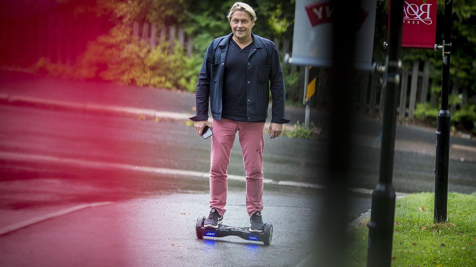 Gudmundur Jonsson, arkitekt (62) bruker ståhjulbrettet sitt for å rask ta seg frem i i Oslo.