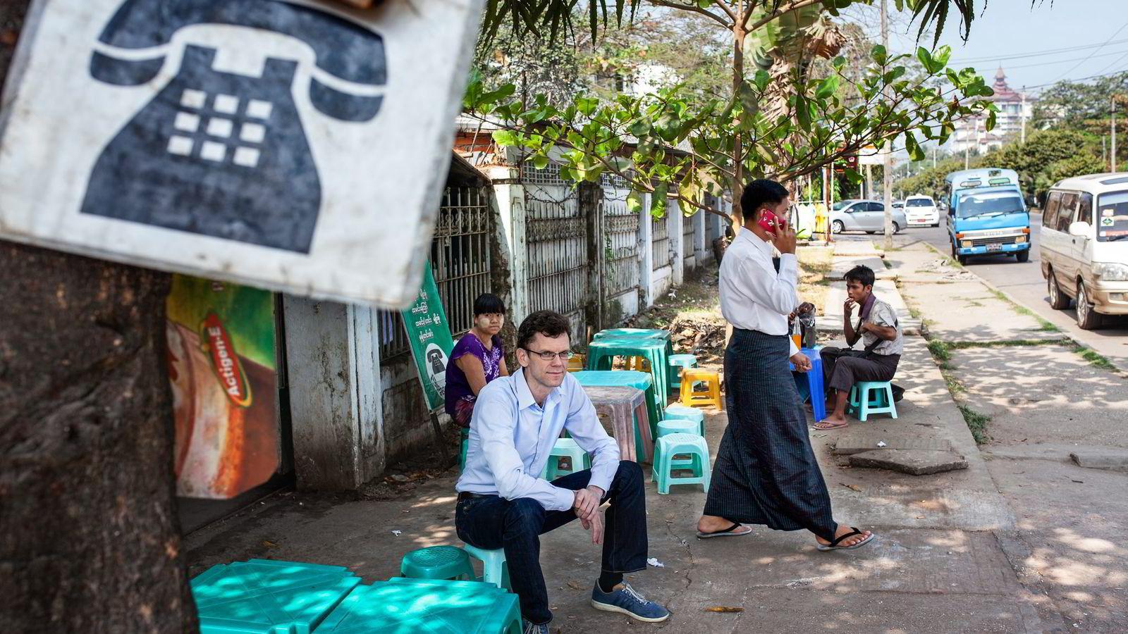 BYGGER TELENETT. Telenor ble nylig tildelt en landsomfattende lisens for telekomtjenester i Myanmar. Rettighetene deles med det Quatarske selskapet Ooredoo. Her med Petter Furberg som er Telenor-direktør i Myanmar.