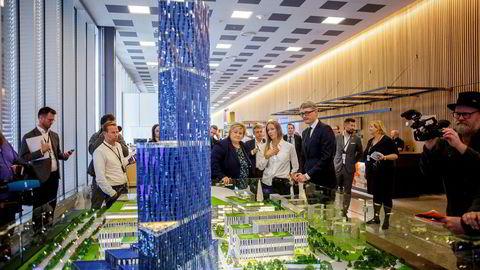 Statsminister Erna Solberg sammen med konsernsjef Øyvind Eriksen i Aker, administrerende direktør Nina Jensen i Rev Ocean da planene om skyskraperen «Store blå» ble presentert.