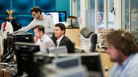 DYRT OG RISIKABELT. Aksjestrateg Erik Fosland i Nordea (i midten) mener man ikke bør være fullinvestert på kort sikt. I bakgrunnen Martin Jansson (stående) og Espen Rasmussen Werenskjold. Foto: Per Ståle Bugjerde