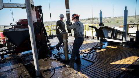 Oljeprisen faller over to prosent onsdag. Her borer Conoco Phillips etter olje på et anlegg i det store skiferoljefeltet Eagle Fort i Texas i USA.