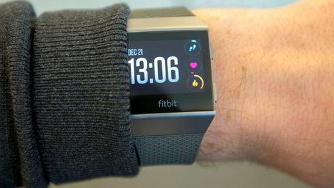 Fitbit Ionic vil veldig gjerne leke med de store gutta, men er fortsatt for dårlig som vanlig smartklokke. Som aktivitetsmåler er den veldig god.