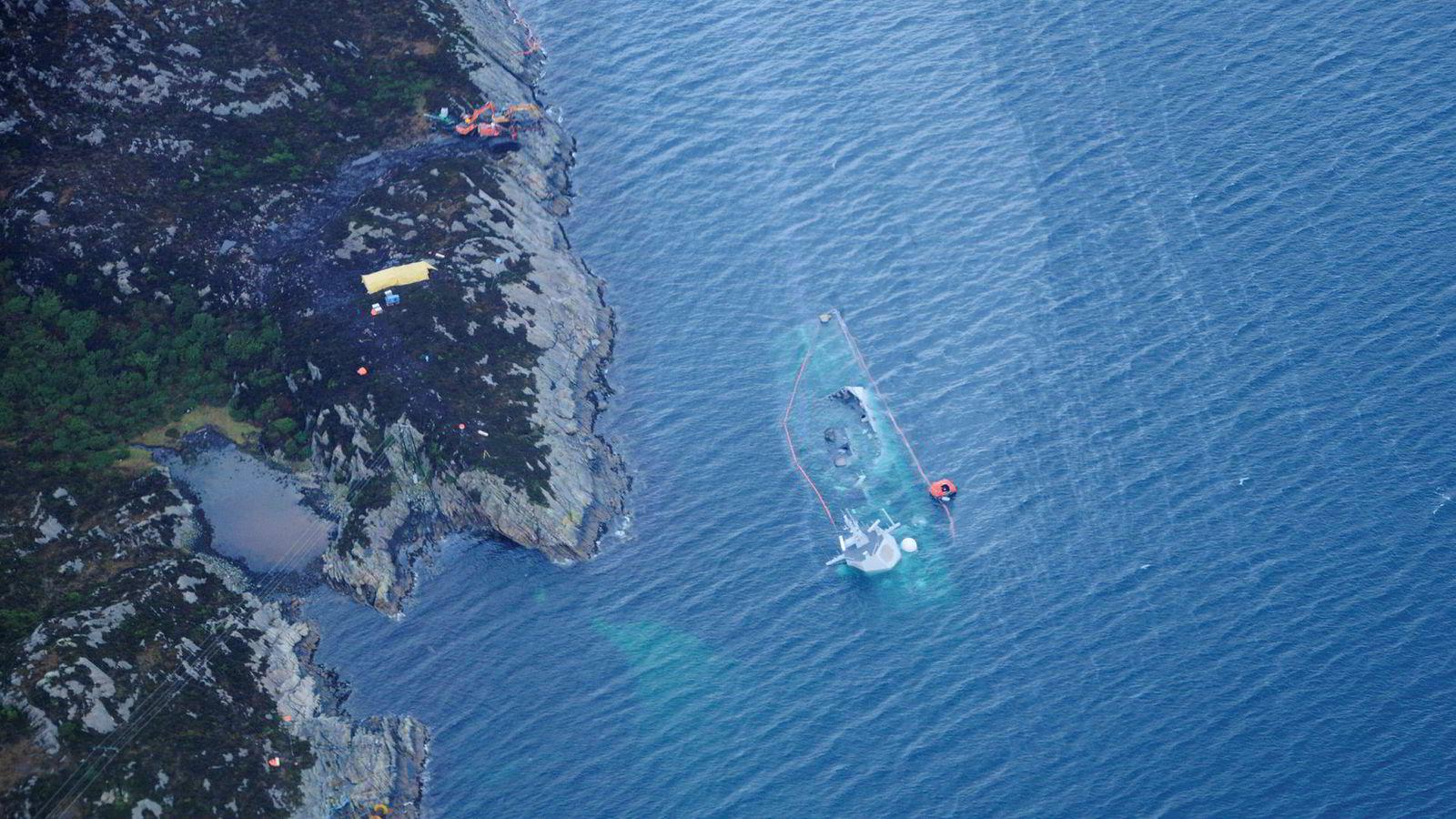 Fredag tok dykkere fra Minedykkerkommandoen seg inn i skipet på vegne av politiet og Statens havarikommisjon for å hente ut bevismateriale til etterforskningen av ulykken 8. november.