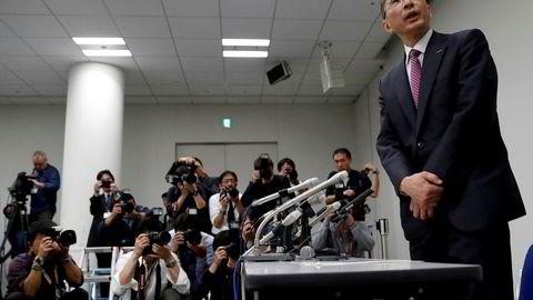 Nissan toppsjef Hiroto Saikawa snakker med presseni Yokohama etter at det mandag ble klart at Nissans styreformann Carlos Ghosn vil bli arrestert.