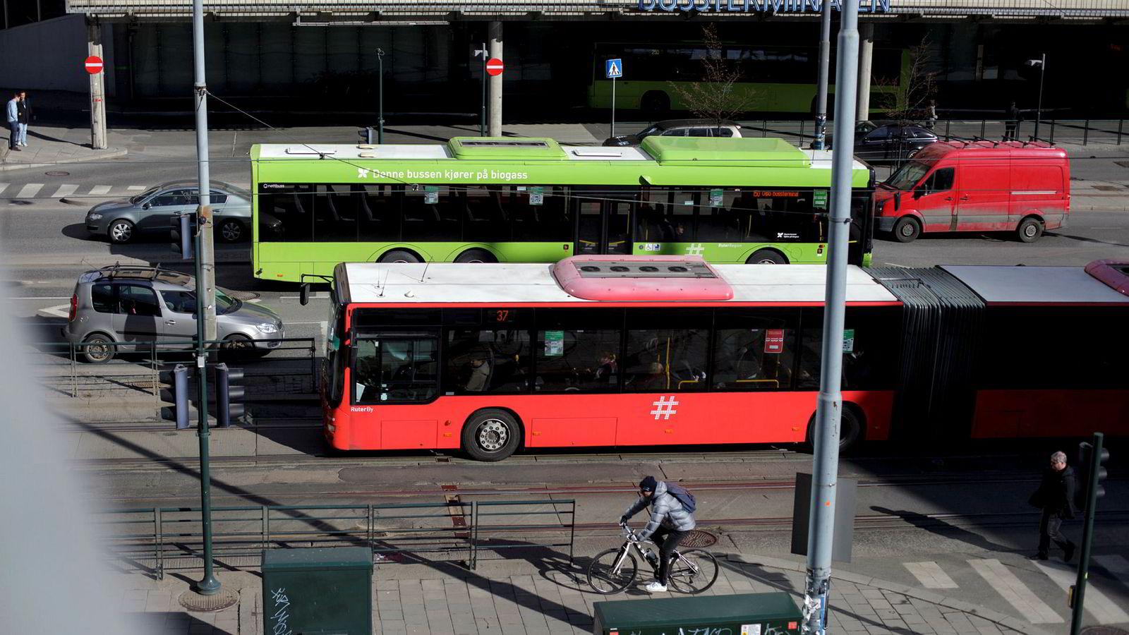 Det finnes ikke noe privat bussmonopol. To av de tre største busselskapene er indirekte eid av staten og Oslo kommune, og disse konkurrerer på lik linje med private aktører, skriver artikkelforfatteren.
