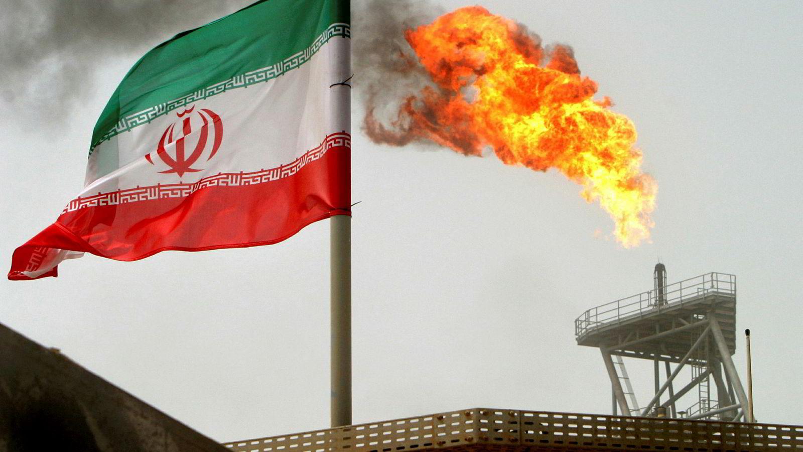 Oljeprisen stiger halvannen prosent mandag etter at Donald Trump truer med «slutten på Iran». Her ses en gassflamme på en oljeplattform på Soroush-feltet, offshore Iran.