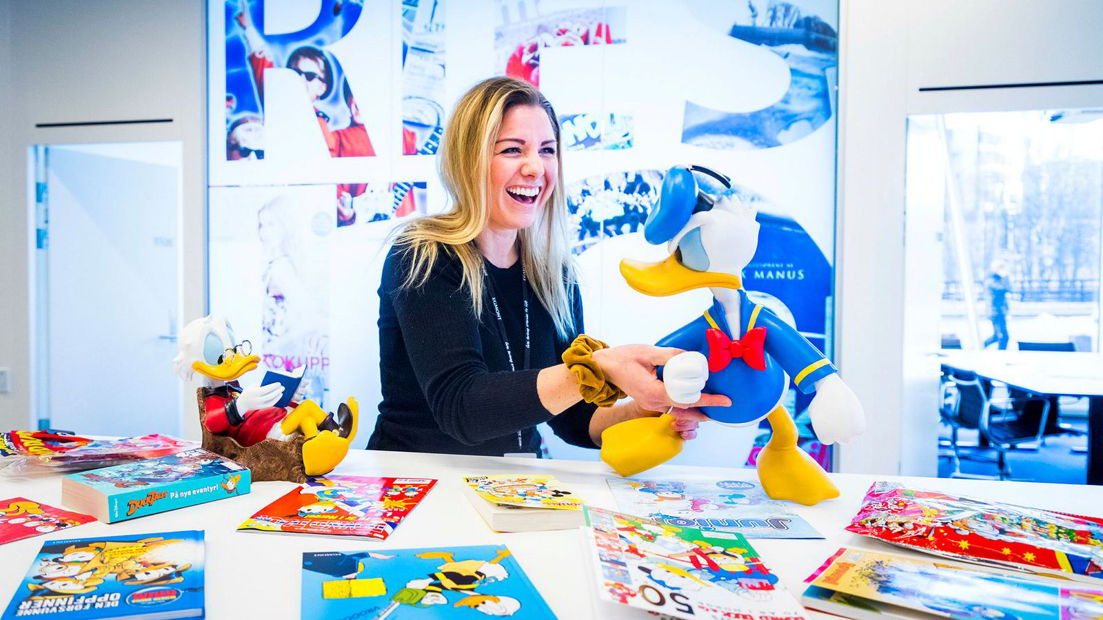 Markedssjef Cecilie Kalleberg i Egmont Kids retter på Donalds løse ben, mens Onkel Skrue slapper av med en pocketbok. Det er er 70 år siden første utgave av Donald Duck & Co. ble utgitt i Norge.