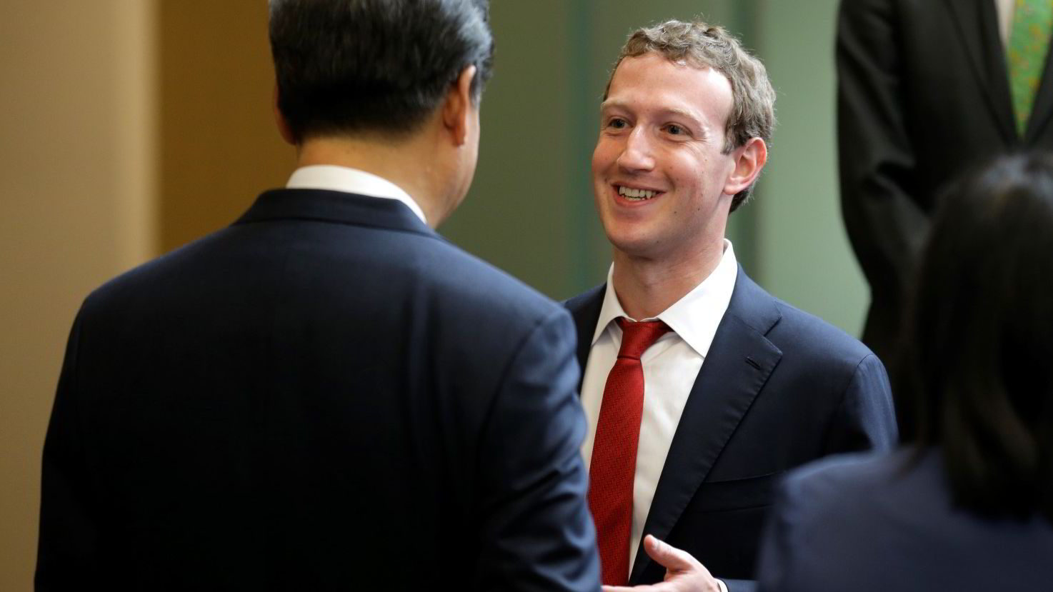Kinas president Xi Jinping (til venstre) snakker med Facebook-gründer Mark Zuckerberg i USA onsdag kveld. Zuckerberg overrasket med å føre samtalen på mandarin. Foto: Ted S. Warren/AP Photo/NTB scanpix