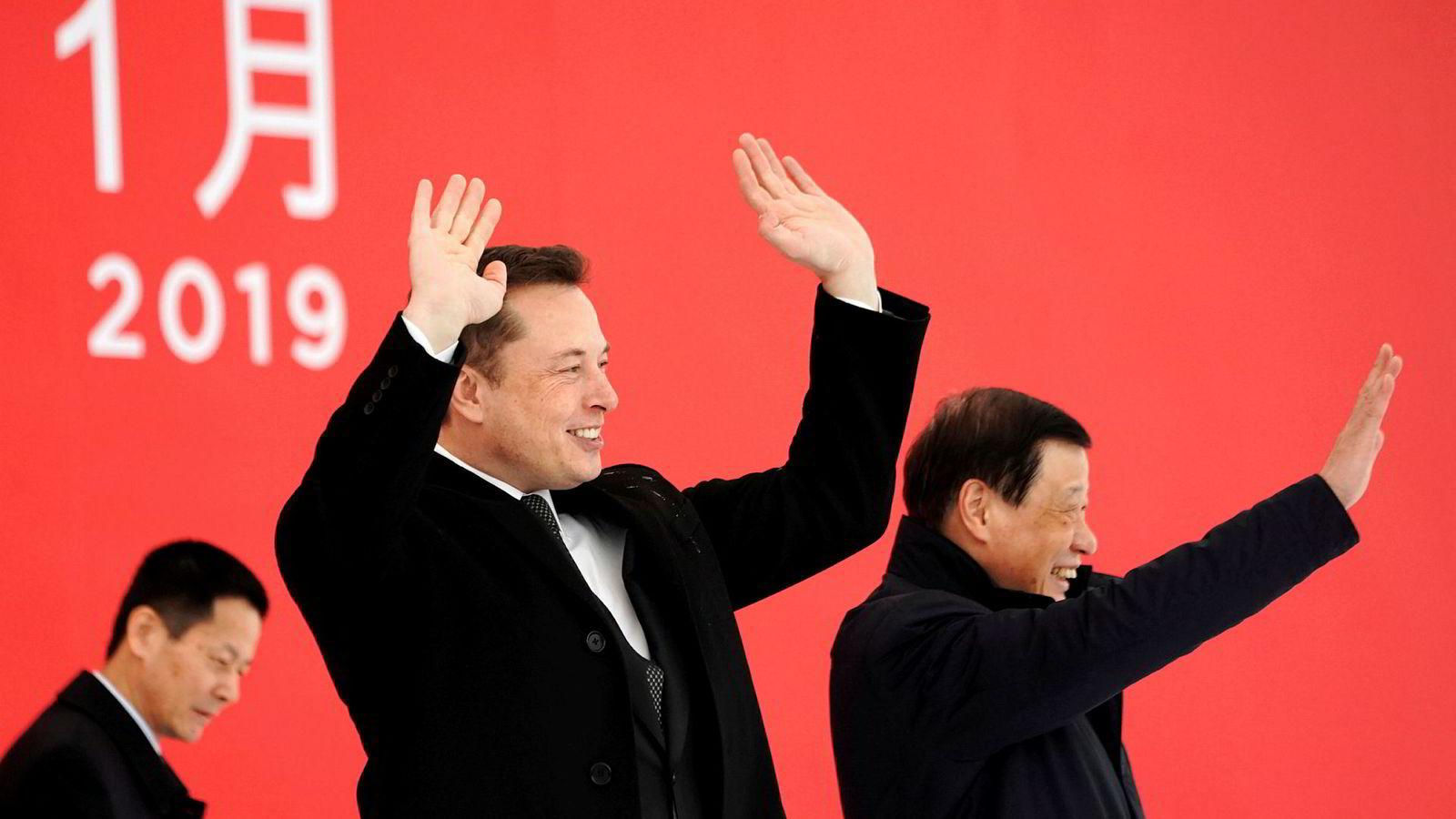 Tesla-sjef Elon Musk sammen med Shanghais ordfører Ying Yong på elbilselskapets «gigafabrikk» i Kinas største by i januar i år.