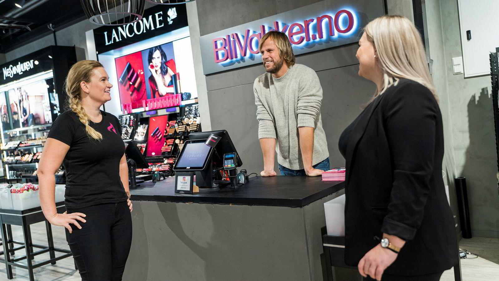 For Einar Øgrey Brandsdal har netthandel med kosmetikk blitt en gullgruve. Her med salgs- og markedsansvarlig Lene Johansen (til venstre) og Kristine Vium som styrer BliVakker-butikken i Kristiansand.