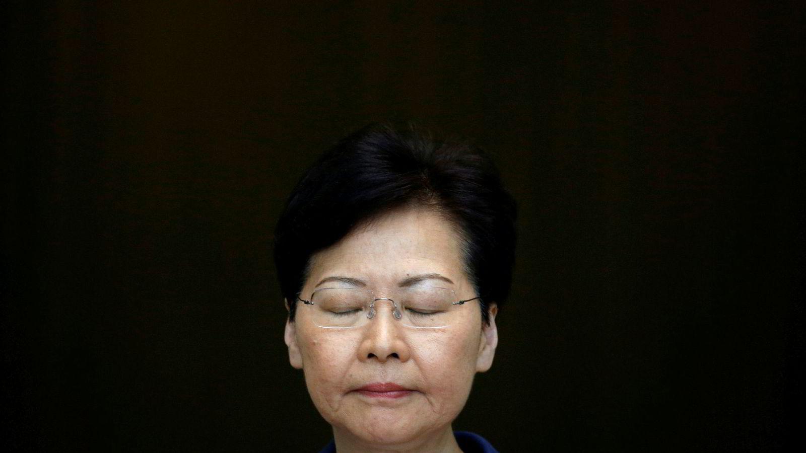 Lederen av Hongkongs byregjering, Carrie Lam advarer mot voldelige demonstrasjoner.