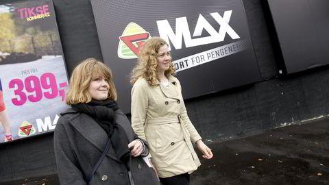 Mens Cecilie Hognerud (til venstre) setter pris på det store utvalget hos G-Max, handler venninnen Marie Ommundsen helst hos de mindre sportsforhandlerne. Foto: Elin Høyland