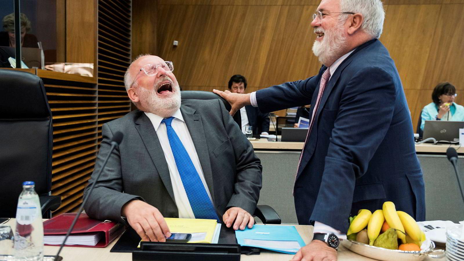 EUs klimasjef Miguel Arias Cañete (til høyre) er fornøyd med at Acer nå er på plass. Her i lystig passiar med Frans Timmermans, Europakommisjonens første visepresident.
