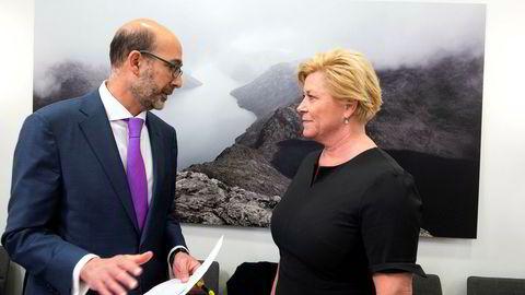 Det internasjonale pengefondets delegasjonsleder Jacques Miniane og finansminister Siv Jensen møtte pressen mandag ettermiddag.