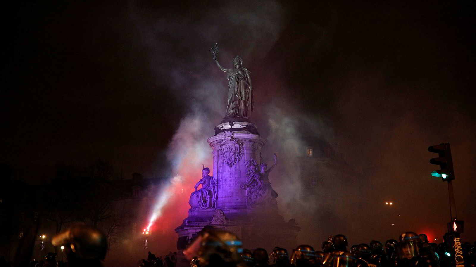 Røyk fyller luften mens politiet samler seg på Place de la republique i Paris på lørdag denne uken.