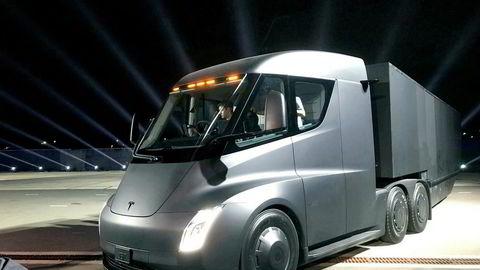 Vi kan skape etterspørsel etter utslippsfrie kjøretøy. Og skaper vi etterspørsel, kommer produksjonen i gang. Skaper vi større etterspørsel, får vi masseproduksjon. Da er snøballen i gang. Jo flere som kjøper, dess lavere blir prisen. Jo lavere pris, dess flere kjøpere. Her Teslas elektriske lastebil.