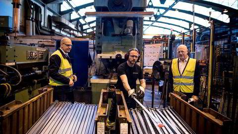 Kverneland permitterer 100 ansatte fra fabrikken i Klepp i Rogaland. På dette bildet fra 2018 ser vi administrerende direktør i Kverneland Group Magne Svendsen, til høyre og produksjonsdirektør John Karstein Tønnessen, til venstre, mens smed Helge Vignes lager fastnøkler.