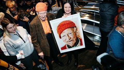 Hege Mariann Einang har brukt rundt 15 timer på perle et portrett av Olav Thon som hun fikk overrakt ham under åpningen av det nye senteret utenfor Ålesund.