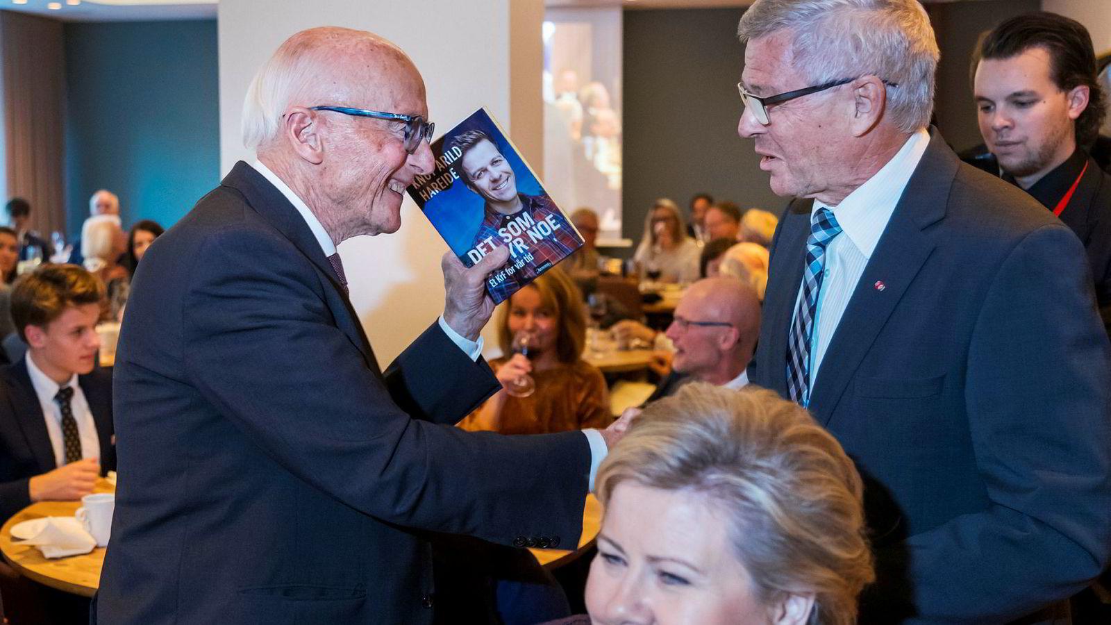 Kjell Magne Bondevik ga Kåre Willoch Knut Arild Hareides bok om Kristelig Folkeparti som gave på søndag. Like ved satt statsminister Erna Solberg.