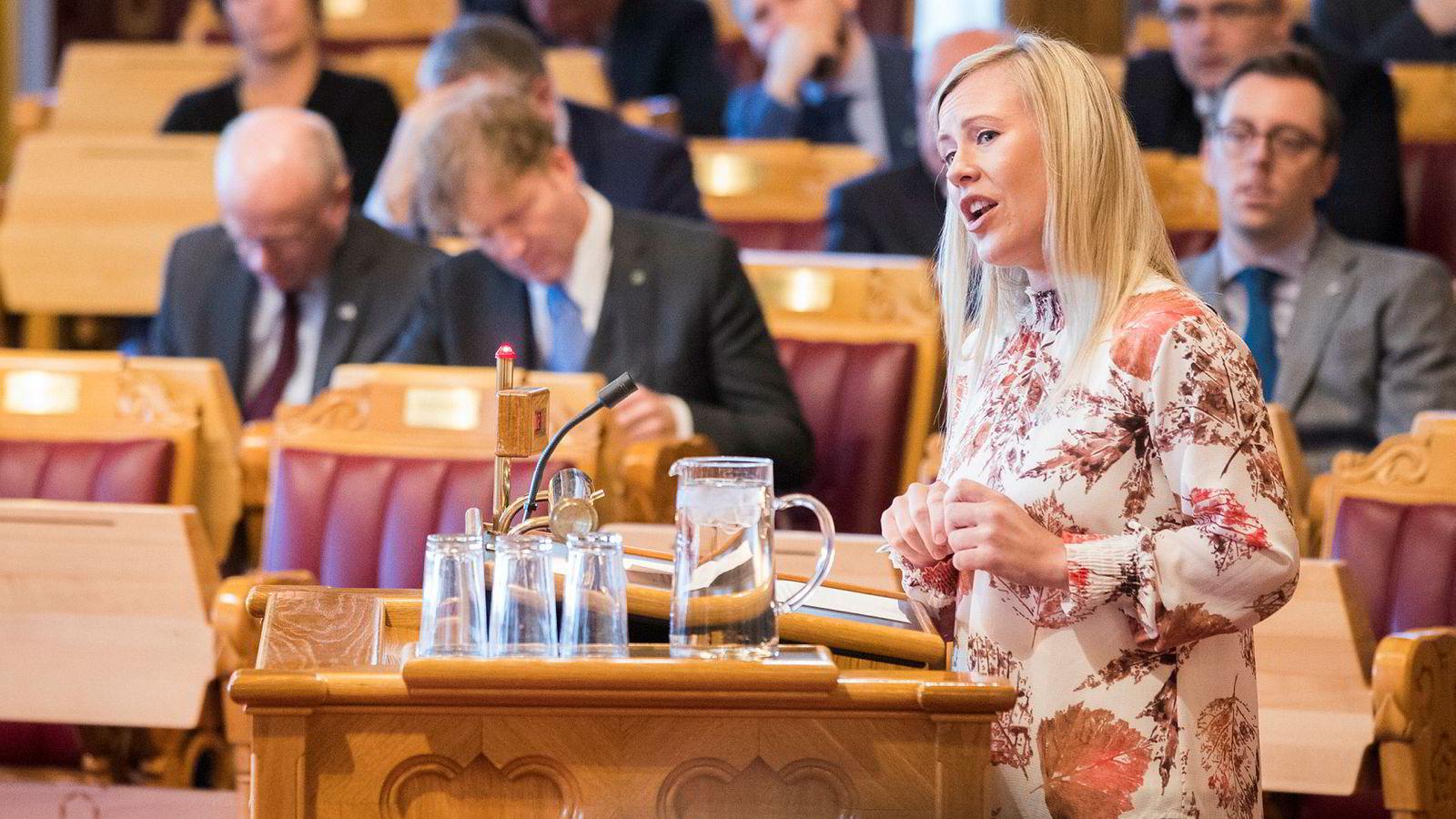Lene Vågslid (Ap) kritiserer justisminister Tor Mikkel Wara (Frp) og mener justisbudsjettet vil svekke rettssikkerheten.
