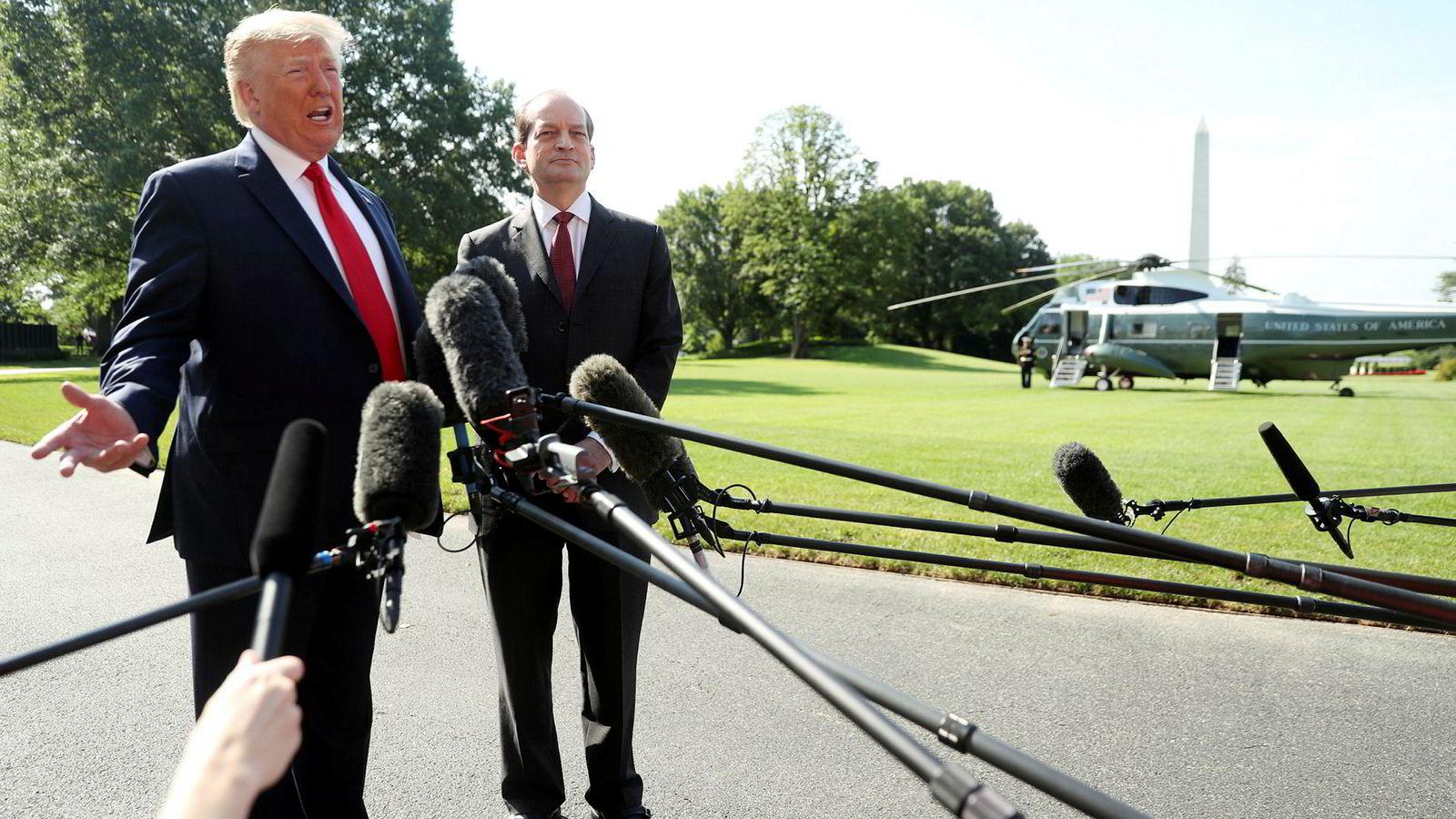 Donald Trump og Acosta foran Det hvite hus fredag. Acosta informerer pressen om at han går av.