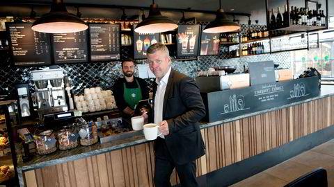 Det er idag 17 Starbucks-caféer i Norge og 10 i Sverige. Mens de norske kaffebarene bedret lønnsomheten ifjor, går Starbucks-kjeden fortsatt med tap i Sverige. Her kjøper konsernsjef Sverre Helno i Umoe Restaurants kaffe av Fotis Daflas på Starbucks på Aker Brygge Aker Brygge.