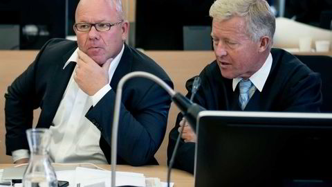 Fred A. Ingebrigtsen sa Acta-saken har vært en tøff opplevelse, da retten ble hevet for siste gang torsdag. Til høyre forsvarer Bjørn Stordrange. Foto: Tommy Ellingsen