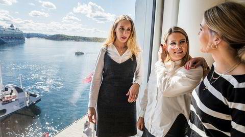 Advokatene Maiken Foss Mikalsen (29) (fra venstre) og Kari Ellila Brodahl (27) jobber på engelsk. Hr-rådgiver Jenny Meinich (26) sier at gode språkkunnskaper verdsettes, men ikke er et krav for å få jobb i Wiersholm.