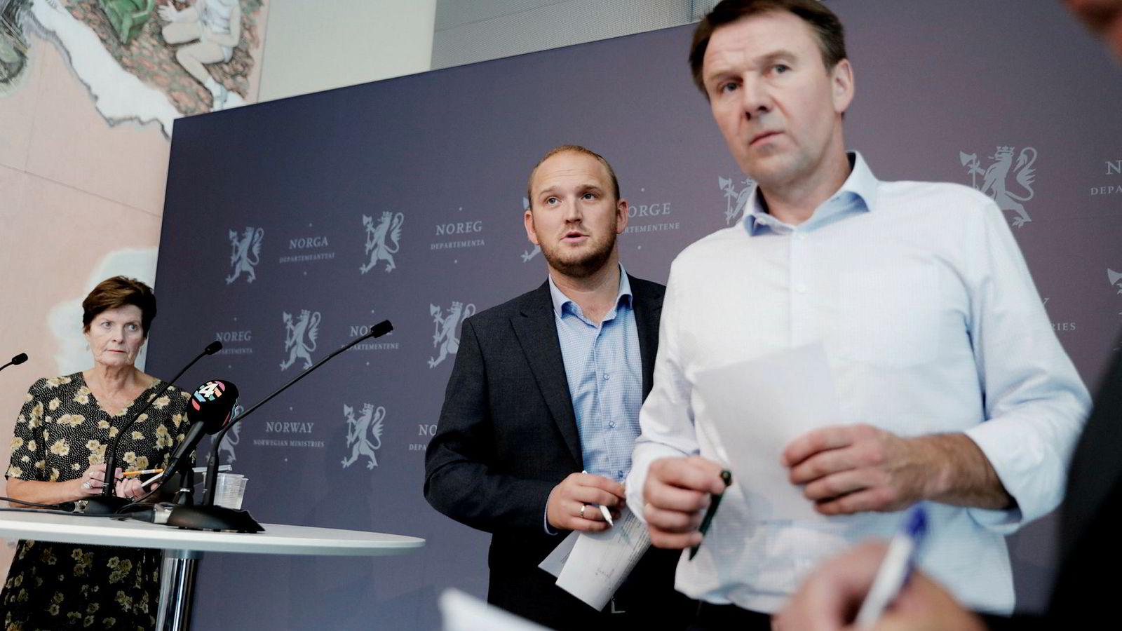Norges Bondelags Lars Petter Bartnes, Bonde- og Småbrukerlagets Merete Furuberg og landbruksminister Jon Georg Dale under pressekonferansen torsdag i forbindelse med tilleggsforhandlingene.