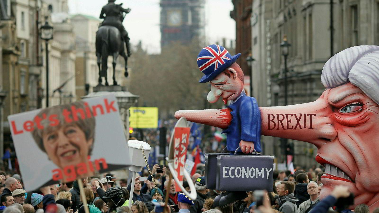 Statsminister Theresa May sitter på nåde, med nye krisemøter mandag. Her gjøres hun narr av på en anti-brexitdemonstrasjon på Trafalgar Square i London i helgen.