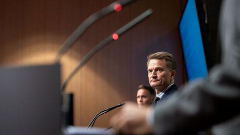 Visesentralbanksjef Egil Matsen (nærmest) sier det er krevende analyser og avveininger som må gjøres før Norges Banks råd om endrede regionvekter for aksjeporteføljen sendes Finansdepartementet.