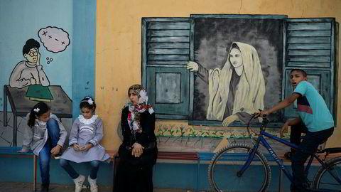 To palestinske jenter utenfor en skole som drives av UNRWA i Gaza by da skolen startet denne uken.