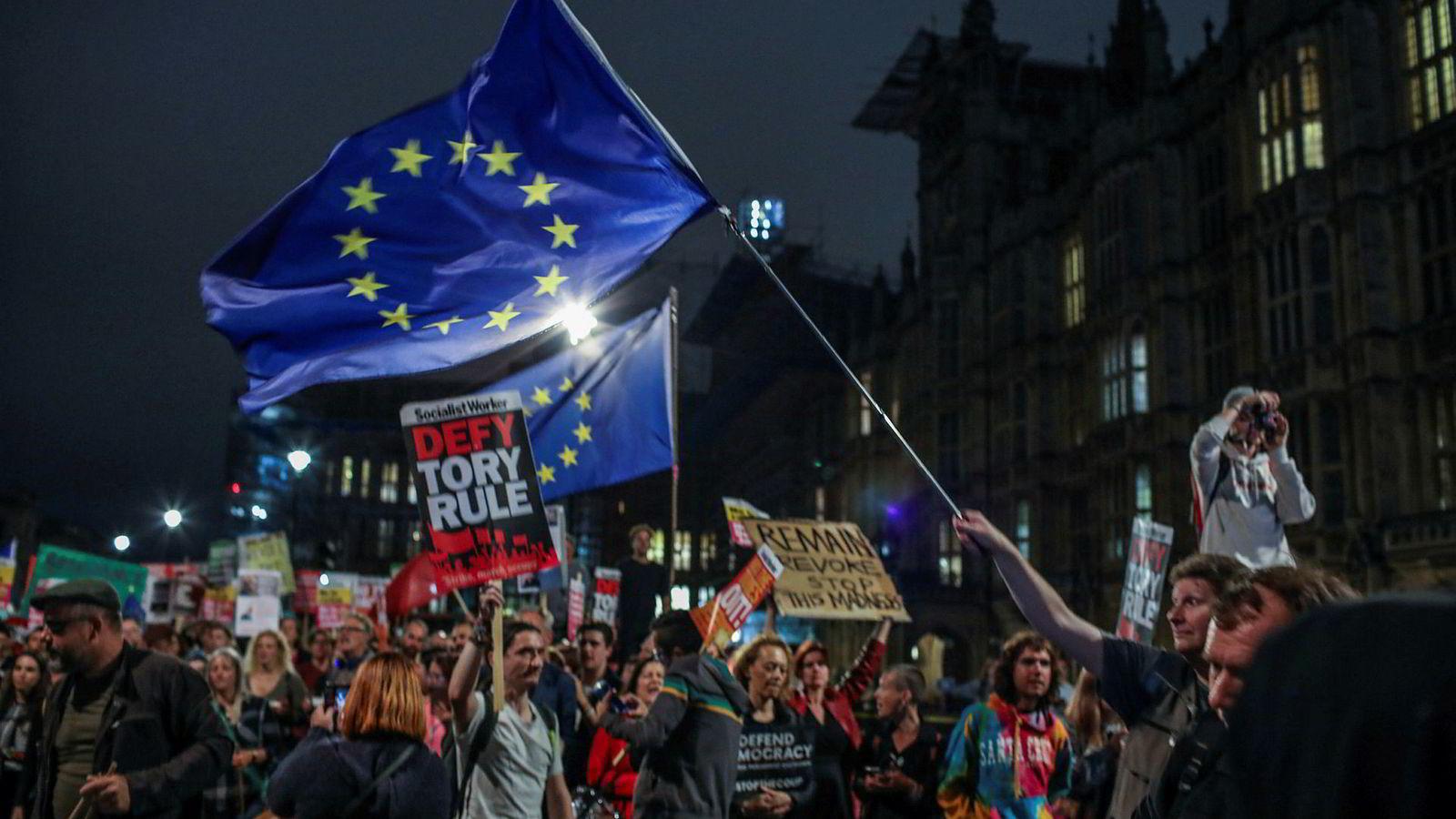 Utenfor Parlamentet var det tirsdag kveld demonstrasjon mot regjeringen og mot brexit. Onsdag skal representantene debattere et forslag om enda en utsettelse av EU-utmeldingen.