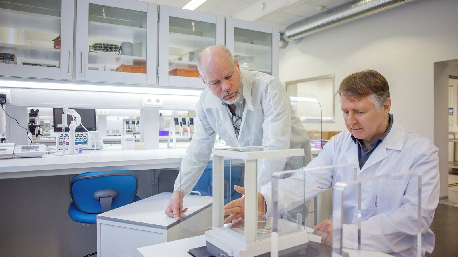 Øyvind S. Bruland og Roy Hartvig Larsen (til høyre) er godt i gang med sin tredje start-up med egenutviklet teknologi for kreftstråling, her i sitt nye laboratorium i Nydalen hvor de utvikler et produkt mot kreft i bukhulen.