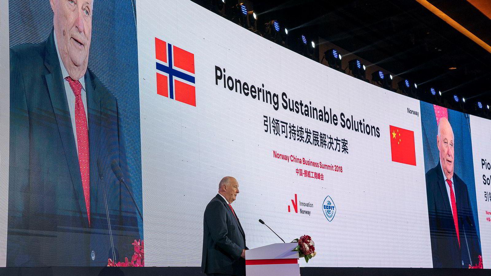 Kontraktene drysser inn for norske selskaper i Kina. 11 nye ble inngått onsdag under en høytidelig seremoni med Kong Harald til stede. Bildet er fra tirsdag da Kong Harald åpent Norway - China Business Summit 2018 i Beijing.