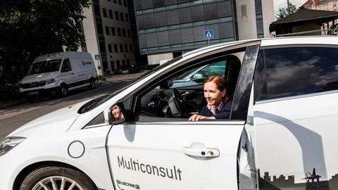 Konsernsjef Grethe Bergly i Multiconcult med selskapets elbil utenfor hovedkontoret i Oslo. Nå selger selskapet tjenestebilene i Bergen og går over til bildelingsløsning for de ansatte.
