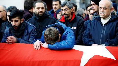 Ifølge politiet ble 39 drept og over 60 skadd i angrepet mot nattklubben Reina. Her fra begravelsen til et av ofrene.