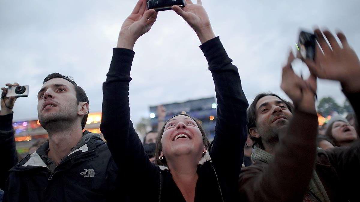 Hvem er disse menneskene som lytter til bandet Portishead? Teknologi for ansiktsgjenkjenning kan i fremtiden gjøre det mulig for deg å søke opp svaret med god treffsikkerhet. Damen på bildet vil trolig kunne bruke mobilen til å sjekke navn og detaljer om de som står rundt henne.