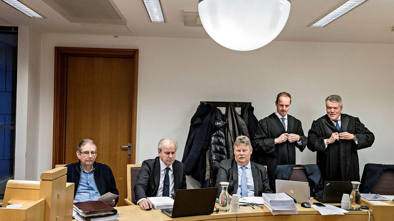 John Thunes fra Coop Sørvest (til venstre), Gunnar Skaar og Carl Berg fra Invest Sør sammen med deres advokater Christian Henrik Prahl Reusch og Peter Simonsen nådde ikke frem i gigantkravet etter eiendomssalget ved Sørlandssenteret i Kristiansand til Olav Thon Eiendomsselskap.
