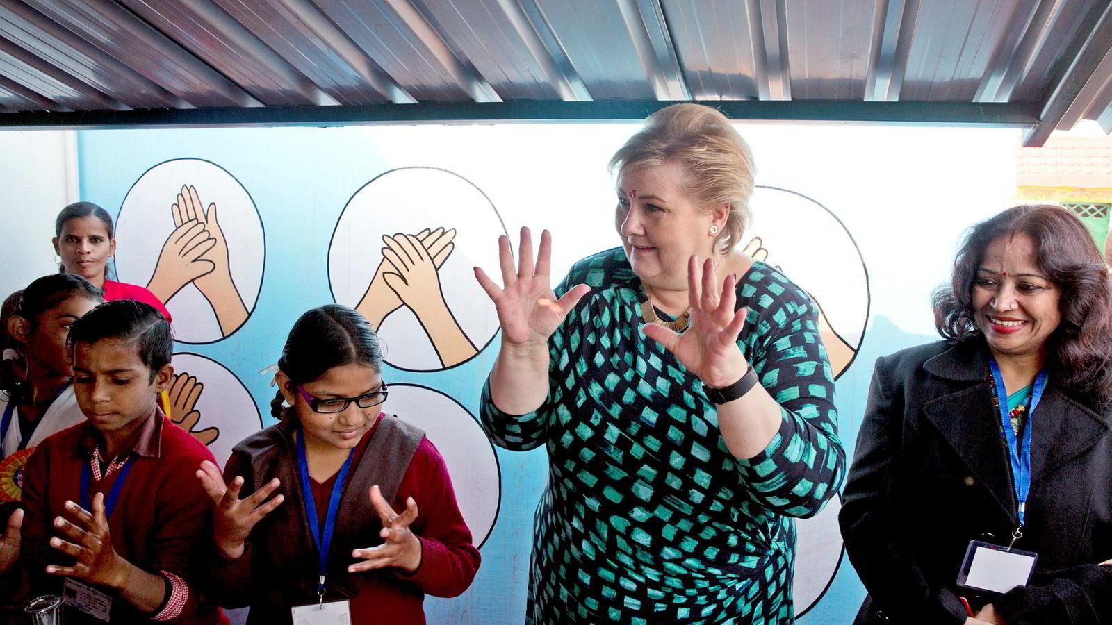Nær 140 norske næringslivsrepresentanter er på tur med Erna Solberg til India, med ambisjoner om å knytte tettere bånd til den hurtigst voksende økonomien i G20-gruppen. Her besøker Solberg en barneskole i utkanten av New Delhi 7. januar.