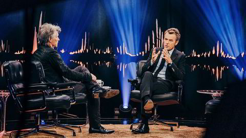 Programleder Fredrik Skavlan i samtale med Jon Bon Jovi under fredagens sending av «Skavlan».
